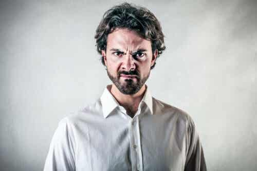 Άνδρας θυμωμένος