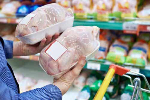 Άτομο κρατά κοτόπουλο στο σούπερ μάρκετ