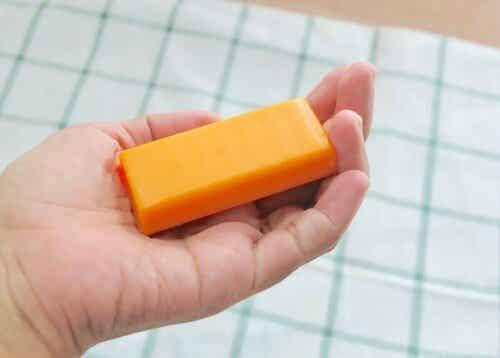 Άτομο κρατά σαπούνι παπάγιας