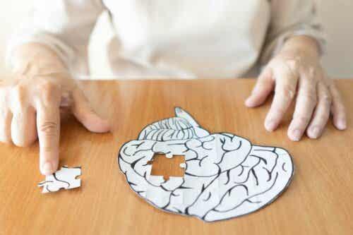 Άτομο λύνει παζλ με σχήμα ανθρώπινου εγκεφάλου
