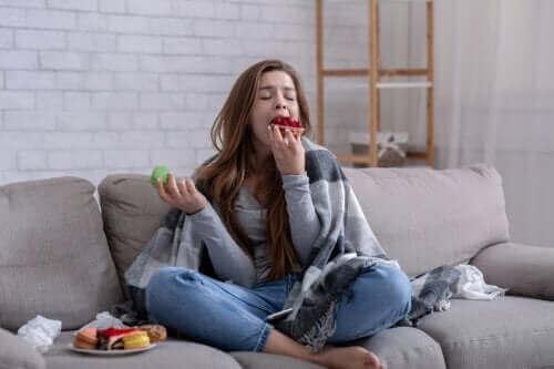 Δε μπορείτε να σταματήσετε να τρώτε: Αίτιες και τι πρέπει να κάνετε