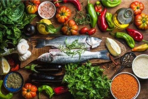 Διάφορα υγιεινά τρόφιμα σε τραπέζι