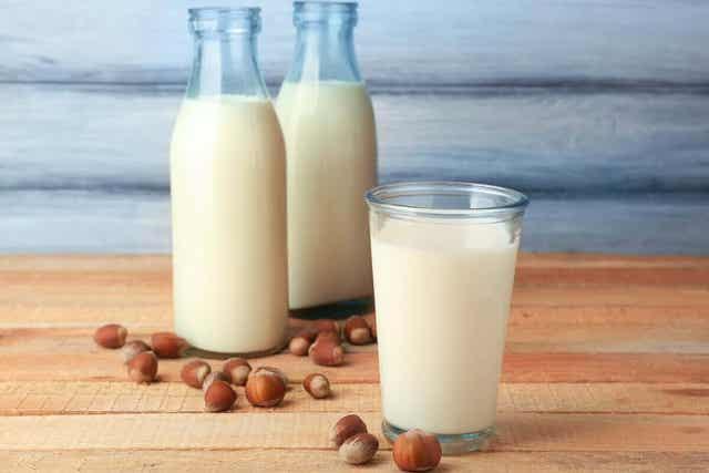 Γάλα αμυγδάλου σε ποτήρι και μπουκάλια