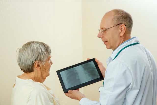Γιατρός δείχνει ακτινογραφία σε ασθενή
