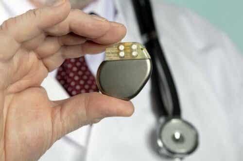 Γιατρός κρατά βηματοδότη