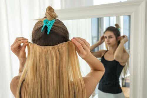 Γυναίκα ετοιμάζεται να τοποθετήσει extensions στα μαλλιά