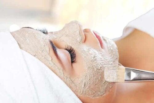 Γυναίκα κάνει θεραπεία με μάσκα προσώπου