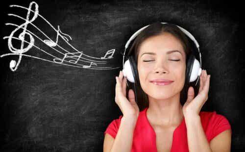 Γυναίκα με ακουστικά ακούει μουσική