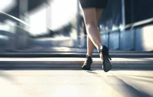 Γυναίκα με ψηλά τακούνια περπατά