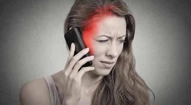 Γυναίκα μιλά στο κινητό