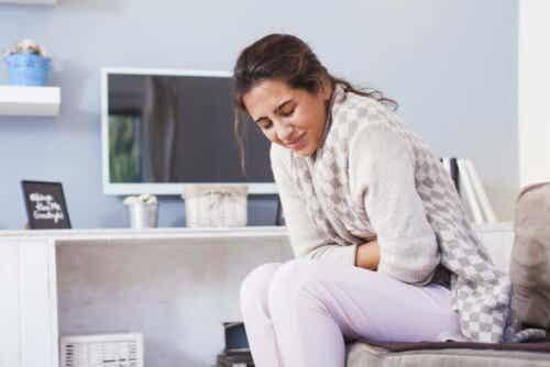 Γυναίκα πιάνει το στομάχι της