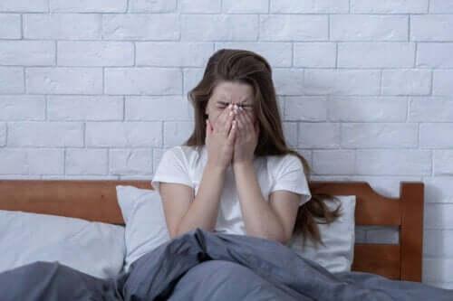 Γυναίκα στο κρεβάτι κλαίει