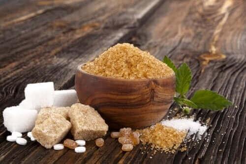 Λευκή ζάχαρη, καστανή, και μουσκοβάντο: Ομοιότητες και διαφορές