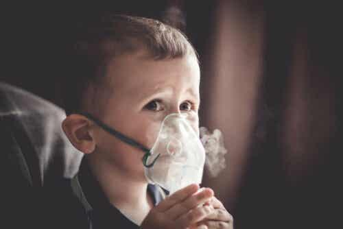 Παιδί φορά μάσκα οξυγόνου