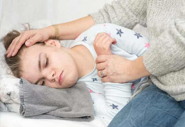 Παιδί ξαπλωμένο στο πλάι