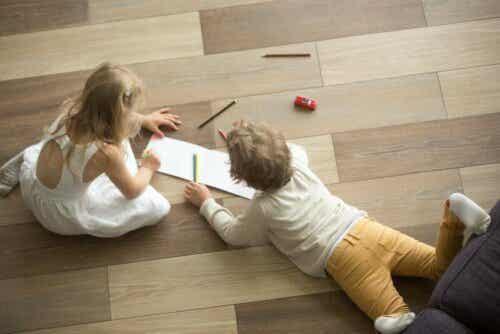 Παιδιά παίζουν πάνω σε ξύλινο πάτωμα