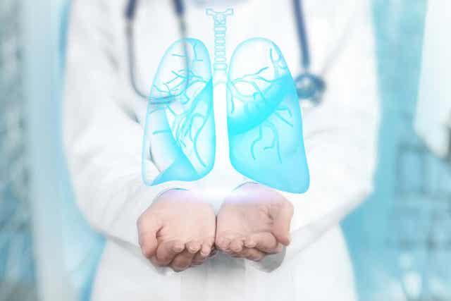 Ψηφιακή απεικόνιση πνευμόνων στα χέρια γιατρού