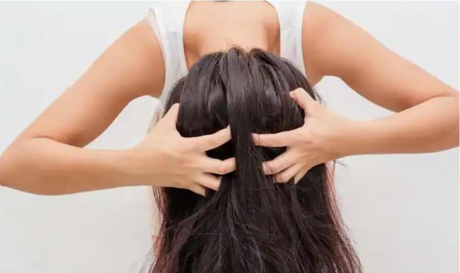 γυναίκα κάνει μασάζ στα μαλλια