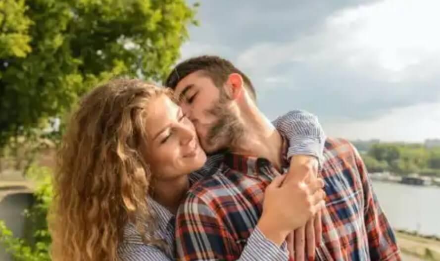 άνδρας φιλάει κοπέλα