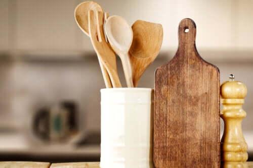 Πώς να πλένετε και να απολυμαίνετε τα ξύλινα σκεύη κουζίνας