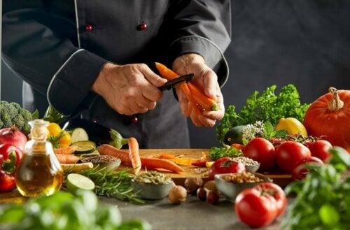 Άνδρας κόβει καρότα