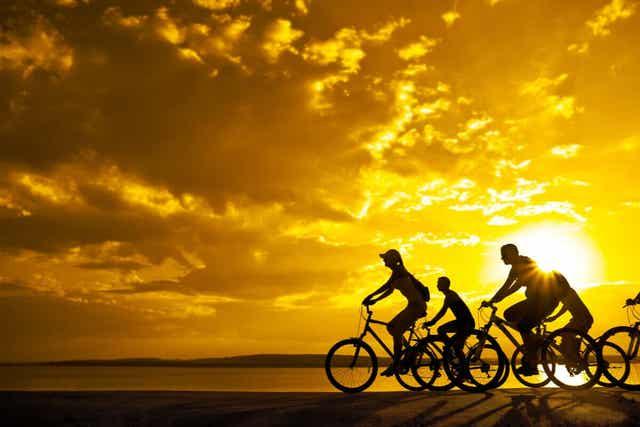Άτομα κάνουν ποδήλατο στην εξοχή