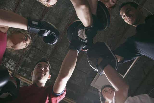 Άτομα σε γυμναστήριο
