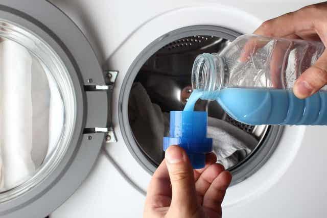 Άτομο ετοιμάζεται να βάλει πλυντήριο