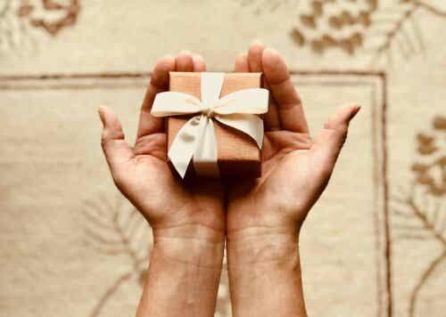 Άτομο κρατά δώρο στα χέρια