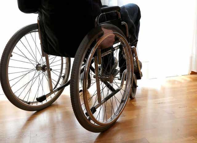 Άτομο σε αναπηρικό καροτσάκι