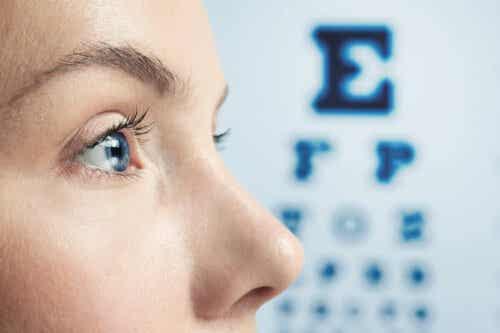 Άτομο στον οφθαλμίατρο