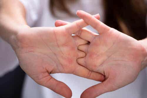 Άτομο τεντώνει τα δάκτυλα των χεριών του