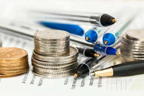 Διάφορα κέρματα και στυλό