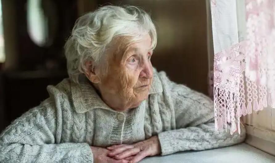 ηλικιωμένη γυναικα σε παράθυρο