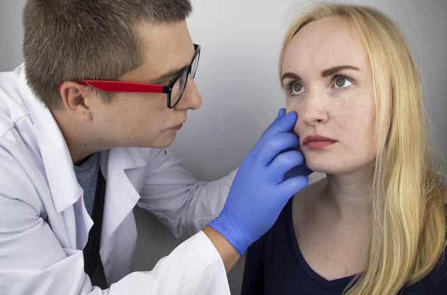 Γιατρός εξετάζει τα μάτια γυναίκας