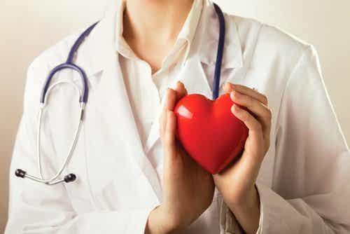 Γιατρός κρατά πλαστική καρδιά