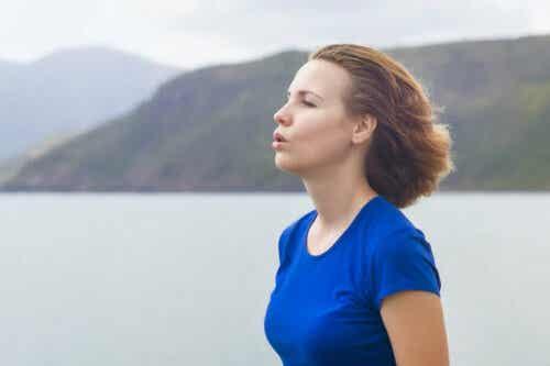 Γυναίκα αναπνέει στη φύση