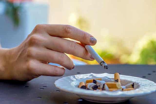 Γυναίκα κρατά τσιγάρο στο χέρι