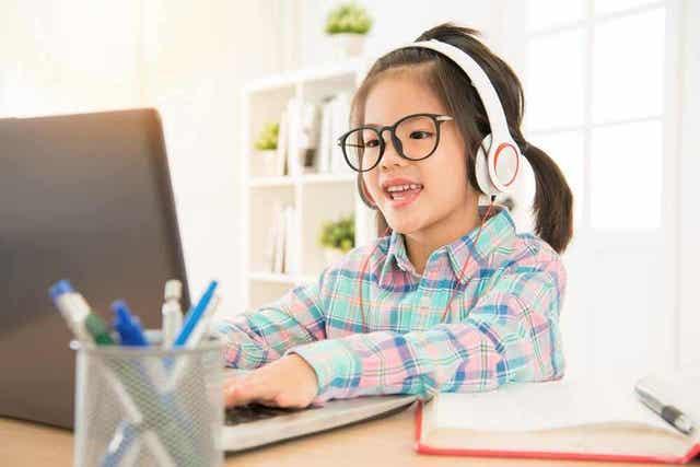 Κοριτσάκι χαρούμενο μπροστά σε υπολογιστή