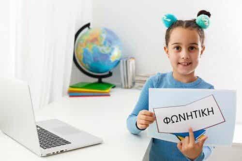Κοριτσάκι δείχνει μια λέξη σε καρτέλα