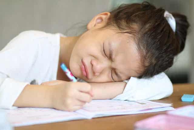 Κοριτσάκι γράφει κουρασμένο