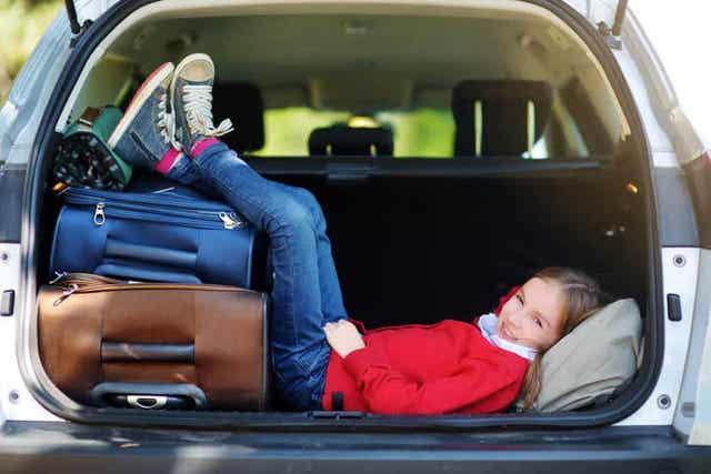 Κορίτσι ξαπλωμένο σε πορτμπαγκάζ