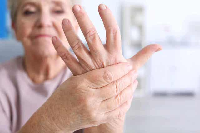 Μια γυναίκα κρατά το χέρι της