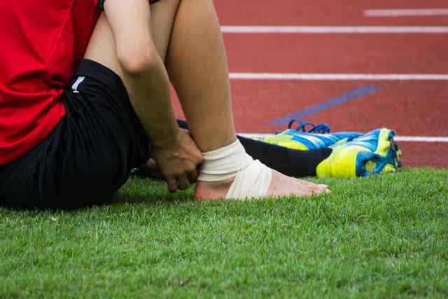 Ποδοσφαιριστής δένει τον αστράγαλό του με γάζες