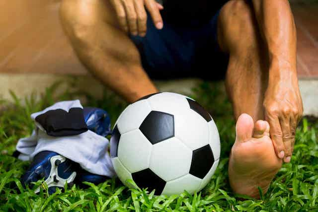 Ποδοσφαιριστής κάνει εκτάσεις και μια μπάλα ποδοσφαίρου