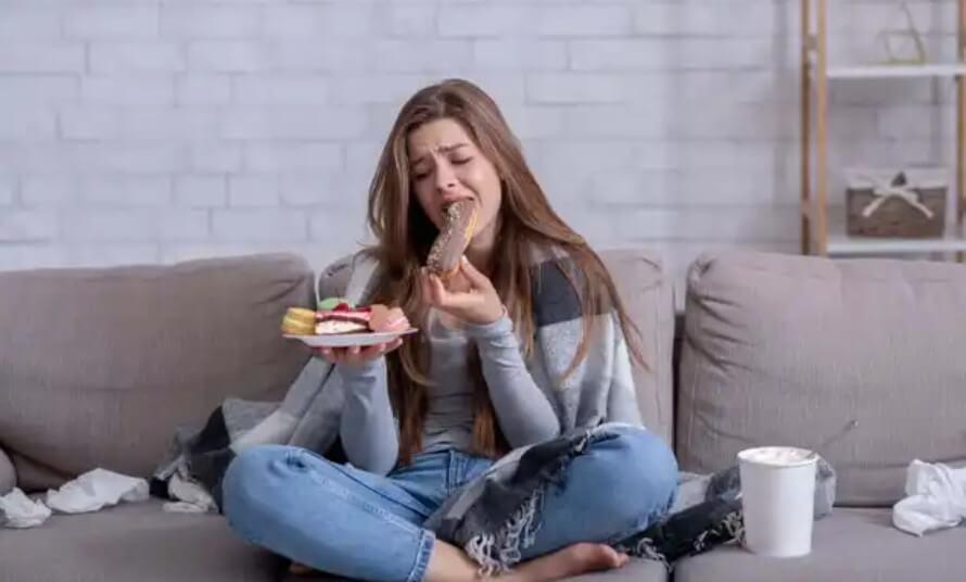 γυναίκα τρώει και κλαίει
