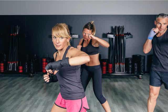 Τρία άτομα κάνουν fitboxing