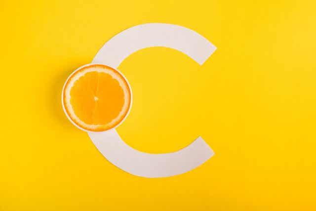 Βιταμίνη C και πορτοκάλι κομμένο