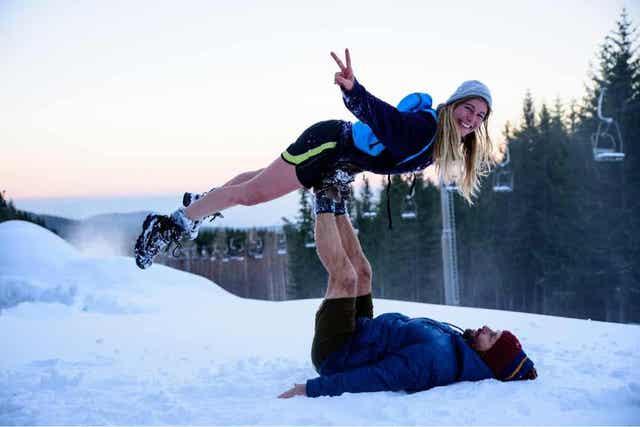 Ζευγάρι παίζει στο χιόνι