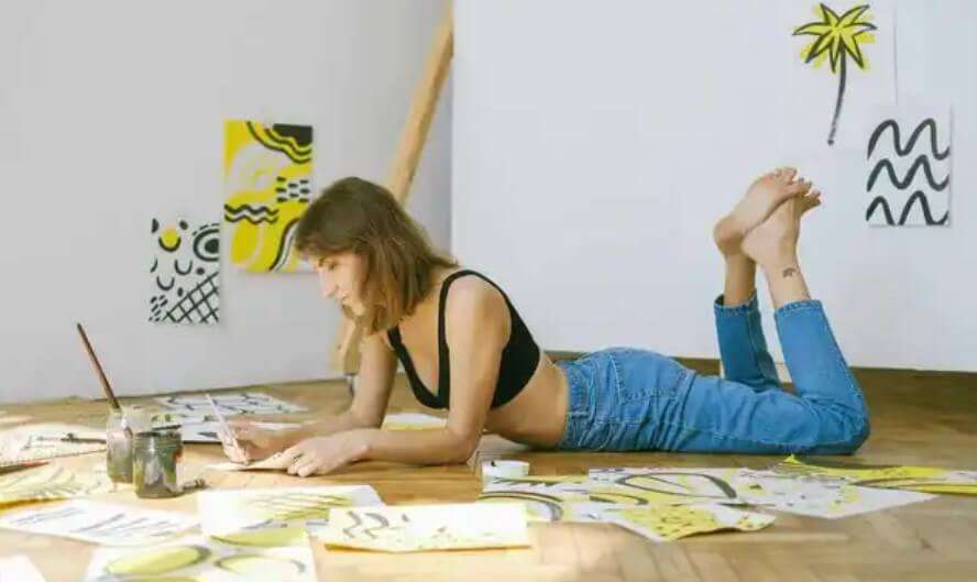 γυναίκα ζωγραφίζει